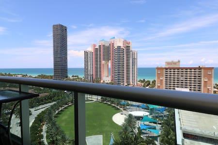 私人阳台海景沙滩高级家庭公寓,免费泊车,海滩步行5分钟。距购物中心,名品折扣店,国际机场30分钟车程