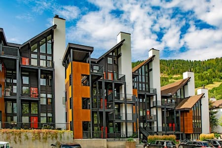 1 Bedroom for 4 w Parking in the CORE of Downtown