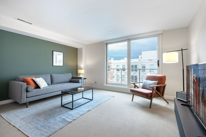 Ideal Penn Quarter 1BR w/ Gym, W/D, Pool, near Metro, by Blueground