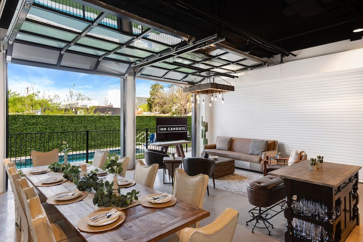 Inn Cahoots on 6th: 5BR/13Beds,Pool,Roofdeck (U2)