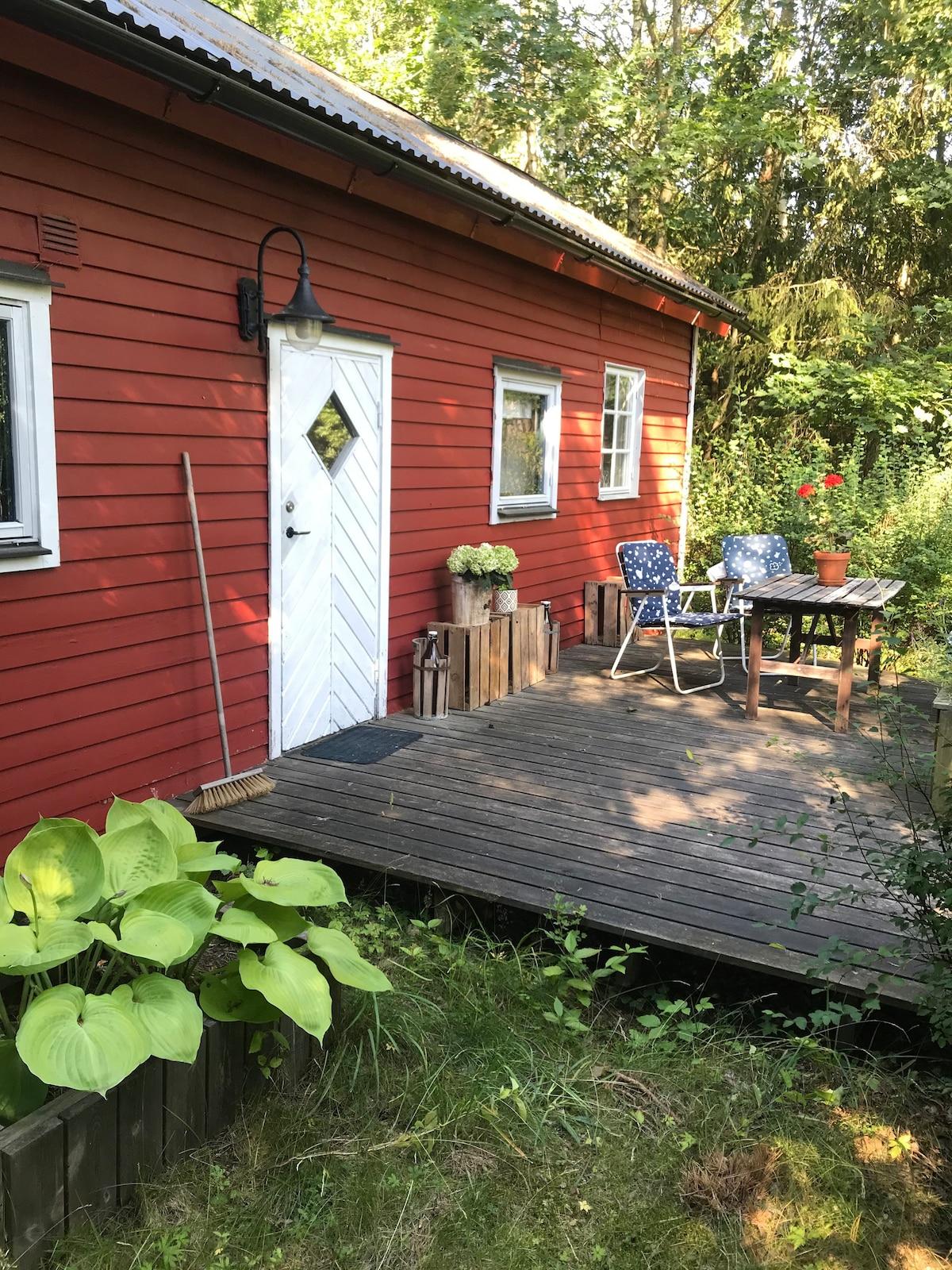 Grönskande stuga i Endre
