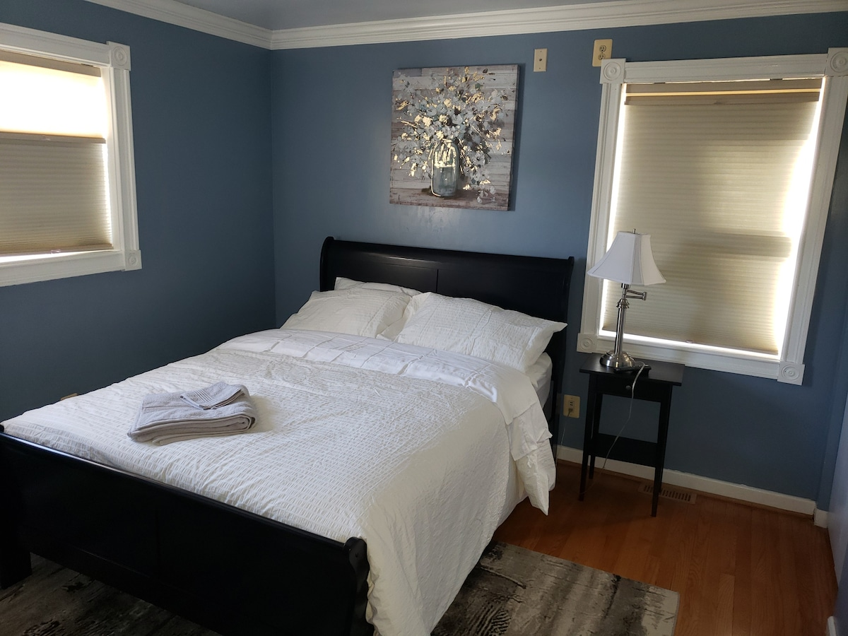 """Cozy bedroom with private bath&TV(14"""") 6min to HC"""