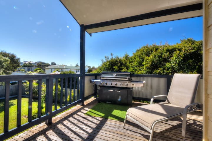 Southport Haven - this huge home sleeps 15!