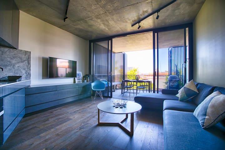 Modern Collingwood 1 Bedroom Large Balcony