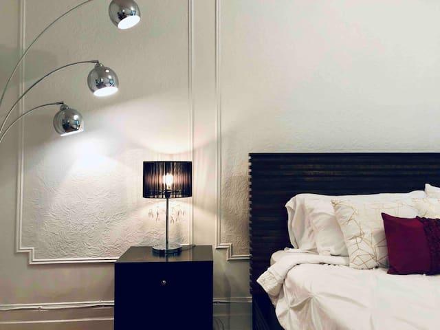 Room 1: Deluxe Room in best location Montreal!