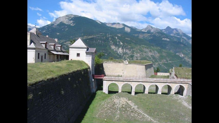 Mont Dauphin Fort的民宿