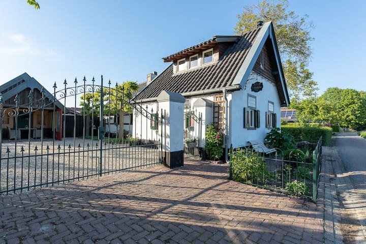 Nostalgic house with beautifull view on fields