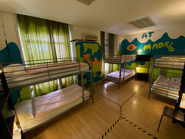 Dormitorio Compartido de 6 Camas (3 Literas)