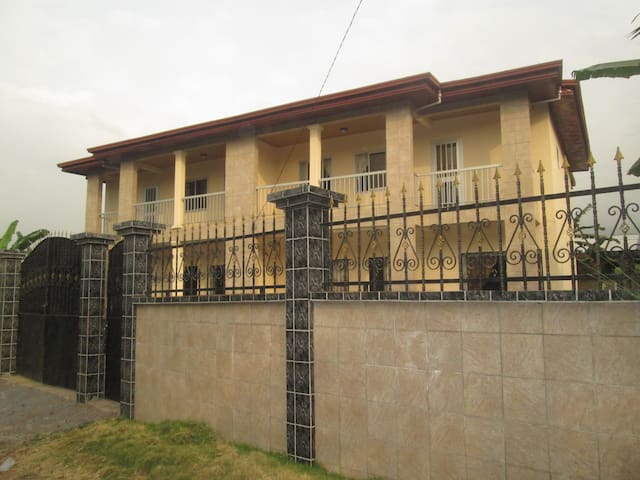 Spacious Duplex - 4 bedrooms + 4 showers /toilets