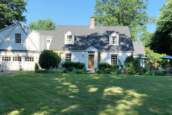 Charming Cape, Walking Distance to Town & Beach