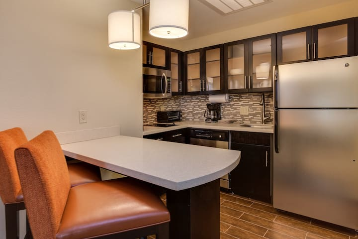 Queen Studio Suite Near ATL | Free Breakfast + 24h Business Center!