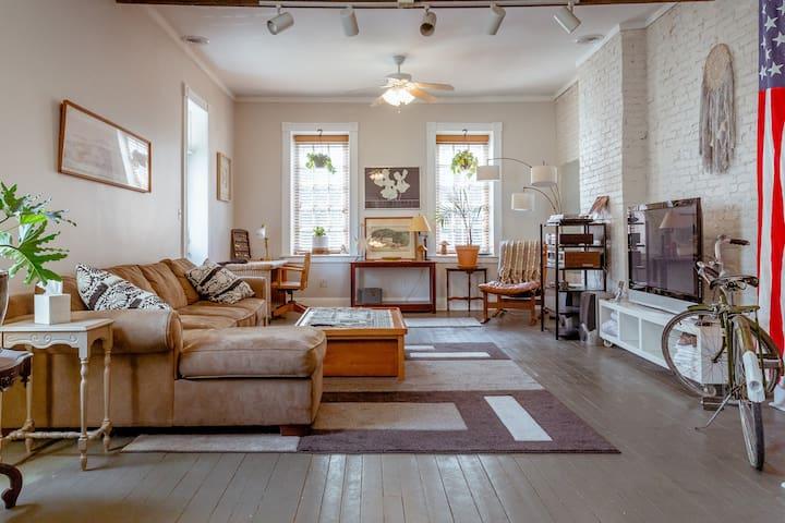 Charming Cherokee Street Cottage! Super hip area!!