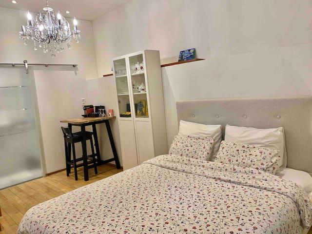Central Stylish En-suite Souterrain Bedroom