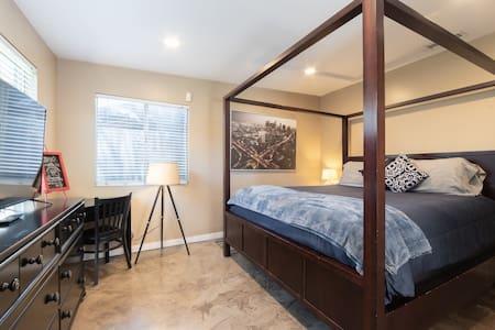 STUNNING STUDIO-HUGE COMFORTABLE BED - LONG BEACH