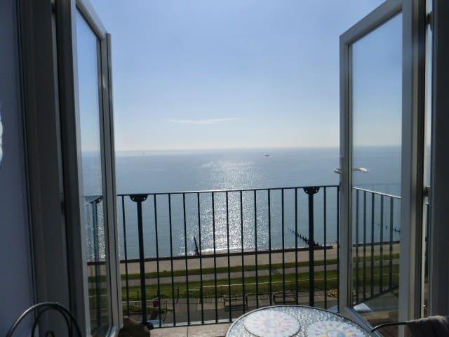 Penthouse en-suite double, lift & marvellous view.