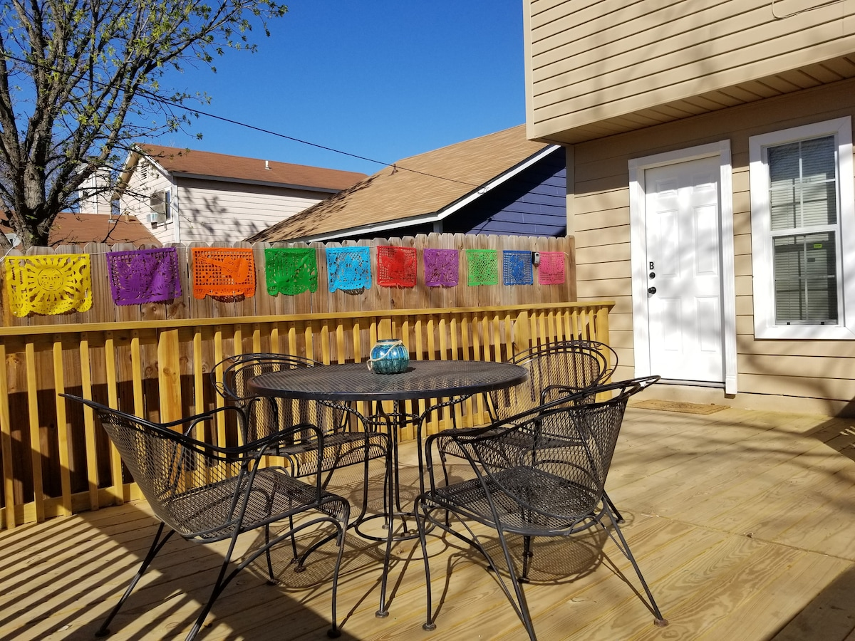 Getaway Apt for 2 w/deck, patio & private entrance