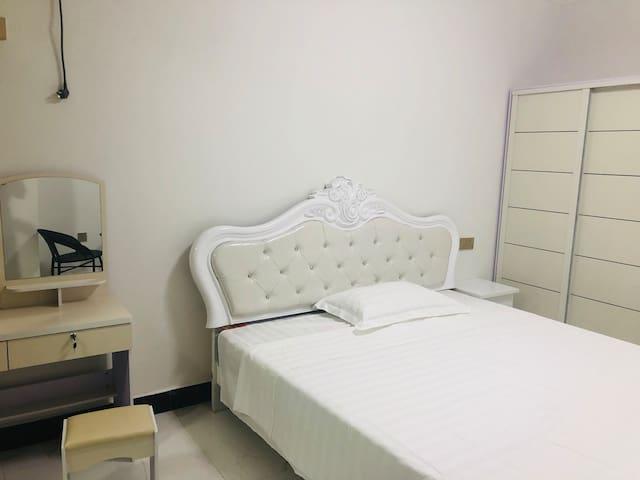 万达广场  金街对面 全新公寓 日租月租都可以  专人管理 豪华装修