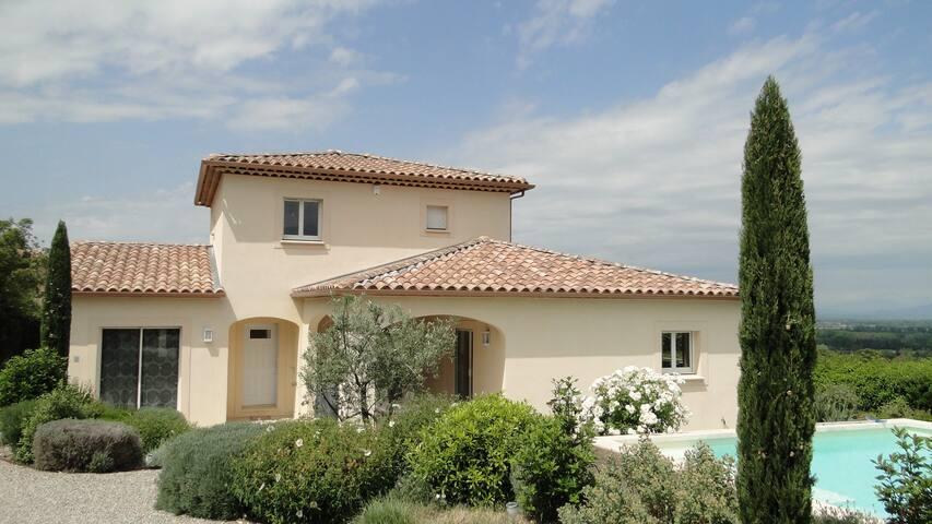 Saint-Saturnin-lès-Avignon的民宿