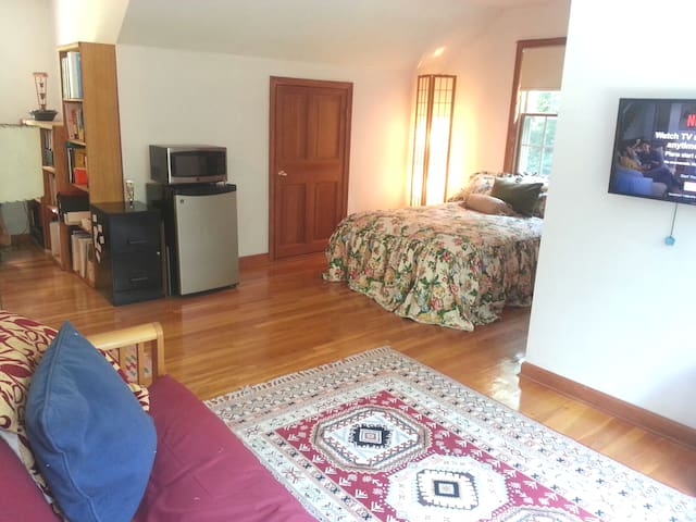 Cozy private apt 8 mins from UCONN - solar powered