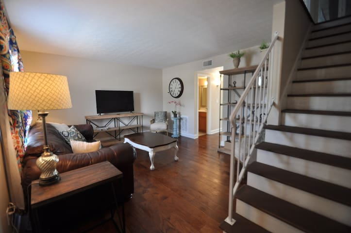 Remodeled-Walk To Shop & Dine Long term discounts
