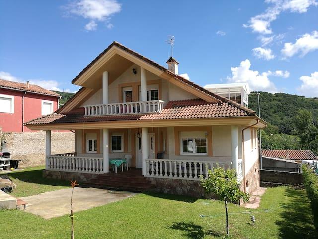 Chalet, piscina cubierta y barbacoa La Robla León