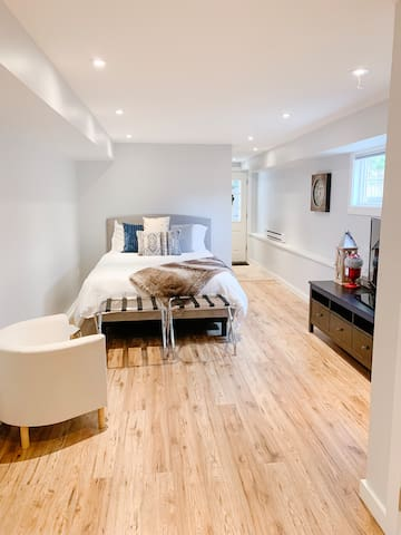 Brand New Suite in Trendy Family Neighbourhood