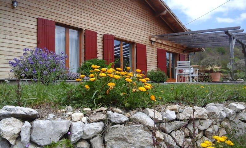 Maison en bois, ambiance calme et reposante.