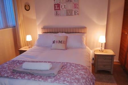 Spacious room + own bathroom + breakfast - Derry