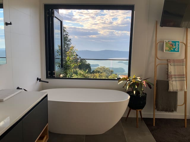 "Gold Coast Hinterland ""Sunrise Studio"" with a view"