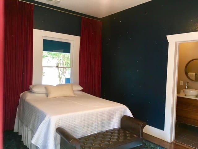 Royal Bluebird EnSuite 9 Mins to Riverwalk & Alamo