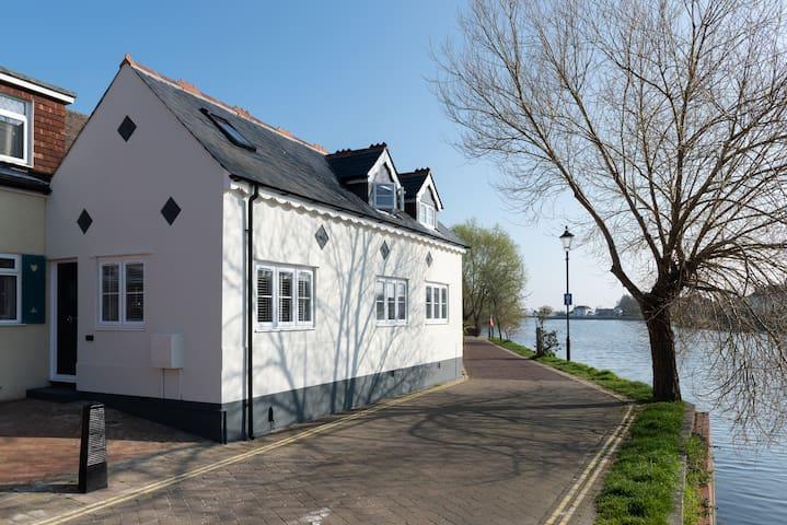 The Old School House - stunning waterside views