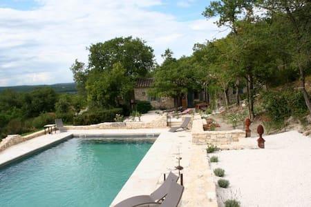 Petite maison en pierres en Provence
