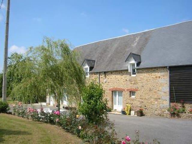 Saint-Aubin-des-Bois的民宿