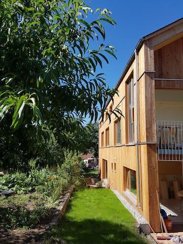 Wunderschöne FeWo 2 in neuem Holzhaus 100m zum See