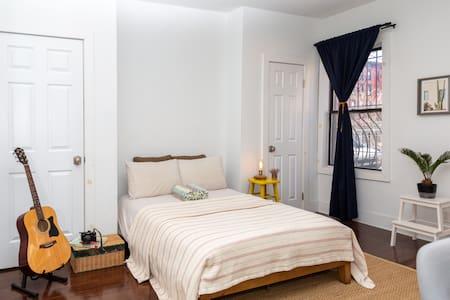 Spacious Private room 10 minutes to Manhattan