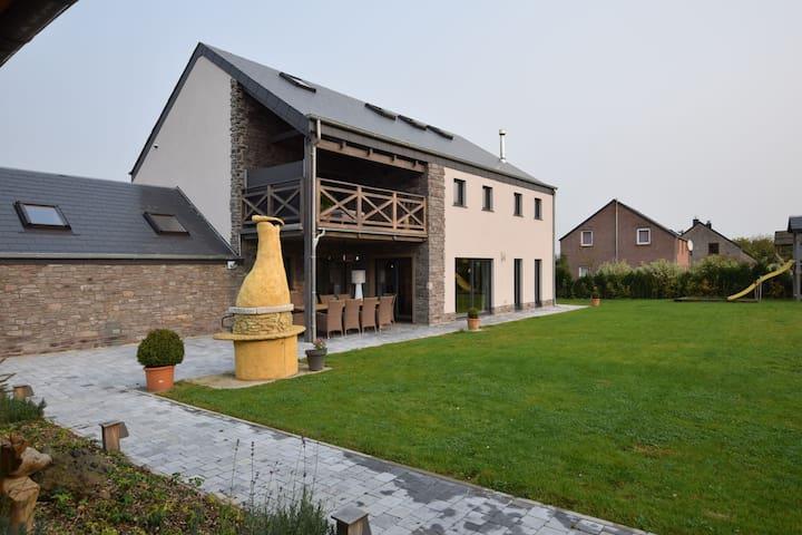 Grandeur Villa with Sauna & Jacuzzi in Durbuy