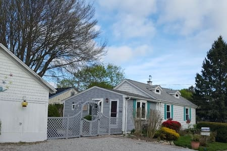 One level Port O'Call Cottage - between 2 beaches