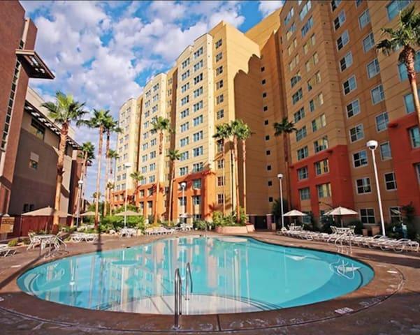 *Large Resort Suite@LV Blvd./Pool/Spa/Gym/BBQ*