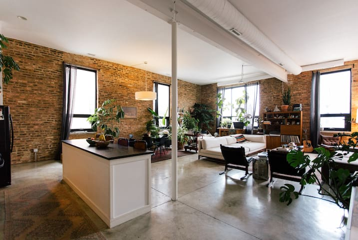 BRIGHT SPACIOUS LOFT IN THE WEST LOOP