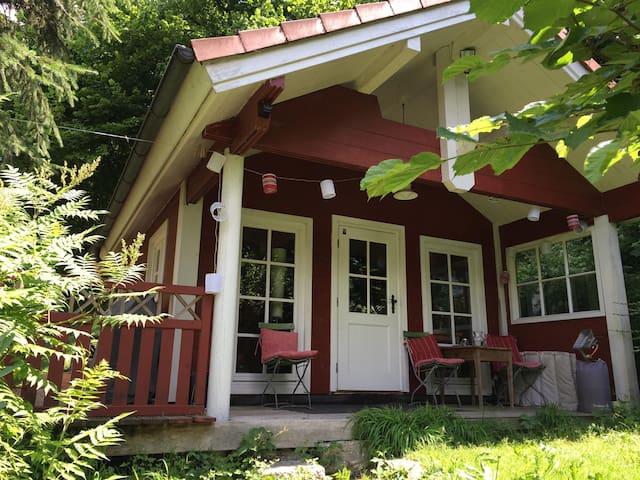 Blockhütte am Hang - fast wie im Baumhaus