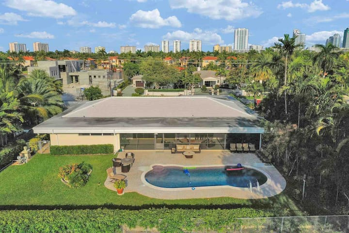 Large Hollywood Beach Villa w/ Golf Course View