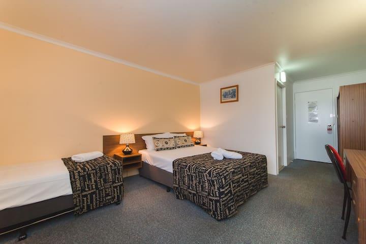 Deluxe Suites Hampton Villa Motel