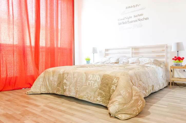 """PRIVATE """"RED ROOM"""" (4rooms guesthouse)"""