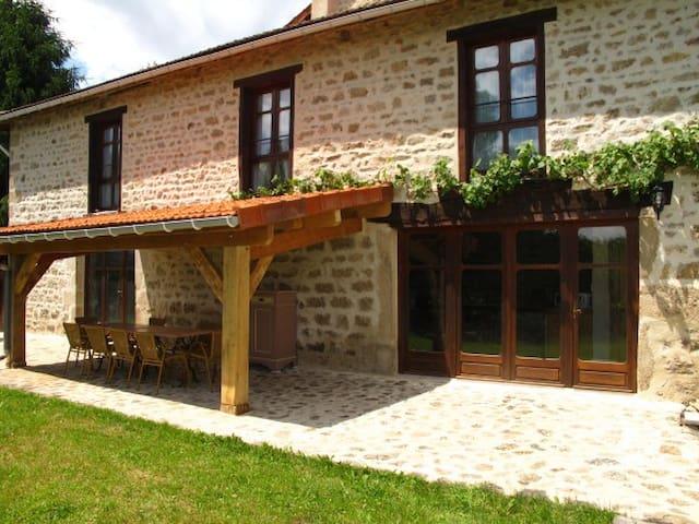 Grande maison en pierre - Domaine de 43h et étang