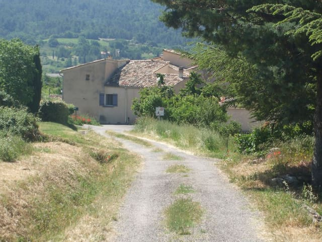 Saint-Saturnin-lès-Apt的民宿