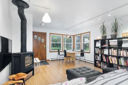 Contemporary 3 BR home. Sauna. Yard. Dog-friendly