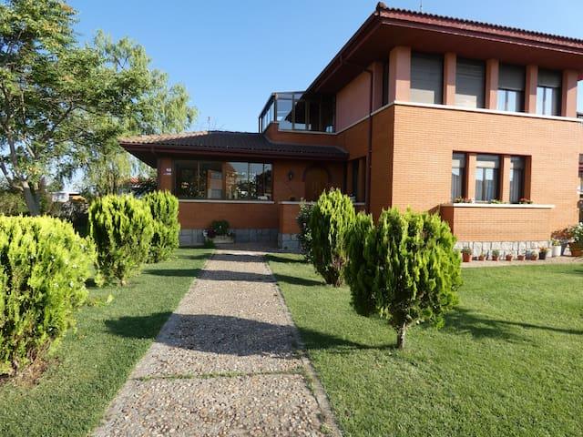 Calvarrasa de Abajo的民宿