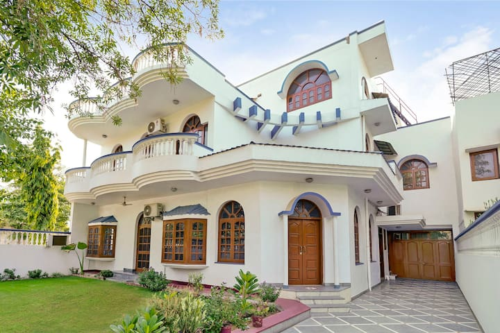 Homely 3 BHK for 9, near Artemis Hospital