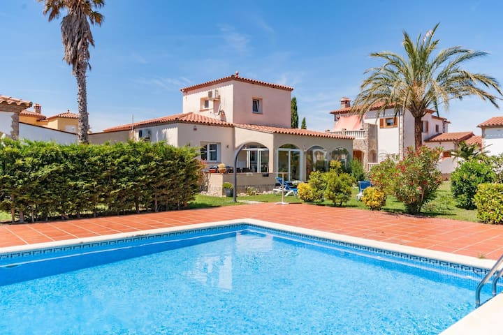Fantastic villa for 6 people with communal pool in Vilacolum