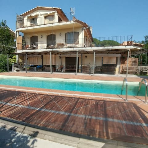 House with garden  and  swimming pool.